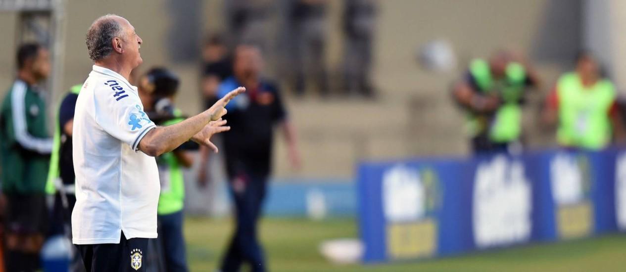 O técnico Luiz Felipe Scolari orienta a seleção brasileira na goleada por 4 a 0 sobre o Panamá Foto: EVARISTO SA / AFP