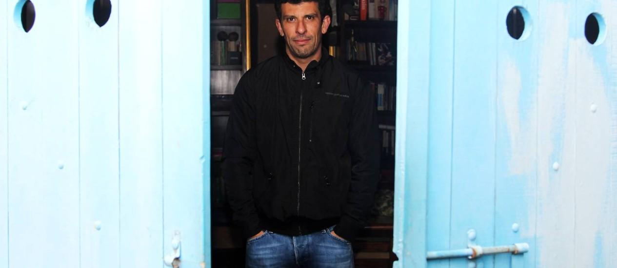 """Atrás da porta. Sucesso em 2007 com """"Tropa de elite"""", o paulistano Milhem Cortaz fez desde então mais de 20 longas-metragens e tem outros tantos a caminho: estará, por exemplo, em """"Trinta"""", """"O gorila"""", """"Um homem só"""" e """"Mundo cão"""" Foto: O Globo / Fernando Donasci"""