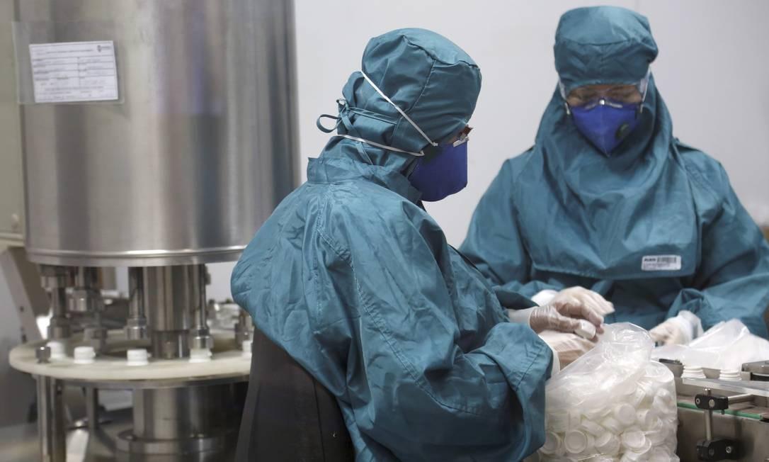 Farmanguinhos: laboratório da Fiocruz, em Jacarepaguá, é o principal fornecedor local de remédios anti-HIV para o programa de tratamento universal de pacientes coordenado pelo governo, num total de R$ 200 milhões anuais Foto: Custódio Coimbra