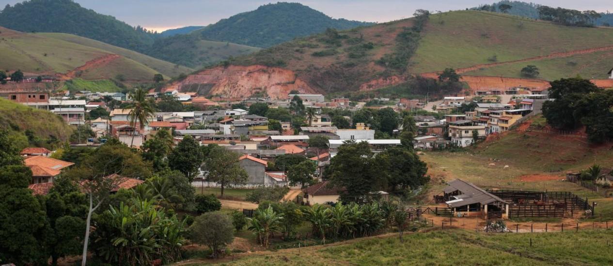 No campo. Fazenda na cidade de Macuco é cercada por bairro de residências Foto: Pedro Kirilos / Agência O Globo