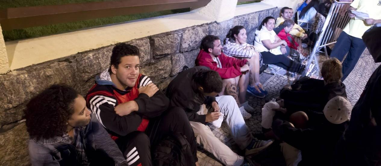 Torcedores passam a madrugada na fila para comprar ingressos que serão vendidos a partir das 9h desta quarta-feira, no Rio de Janeiro Foto: Fernando Quevedo / Agência O Globo