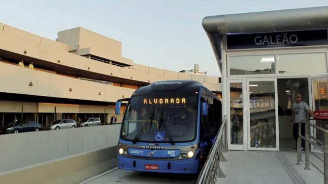 Ônibus do BRT Transcarioca na chegada ao Aeroporto Internacional Tom Jobim Foto: Gabriel de Paiva / Agência O Globo