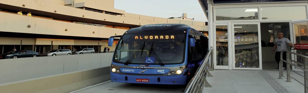 Ônibus do BRT Transcarioca começa a circular até o Aeroporto Internacional Tom Jobim Foto: Gabriel de Paiva / Agência O Globo