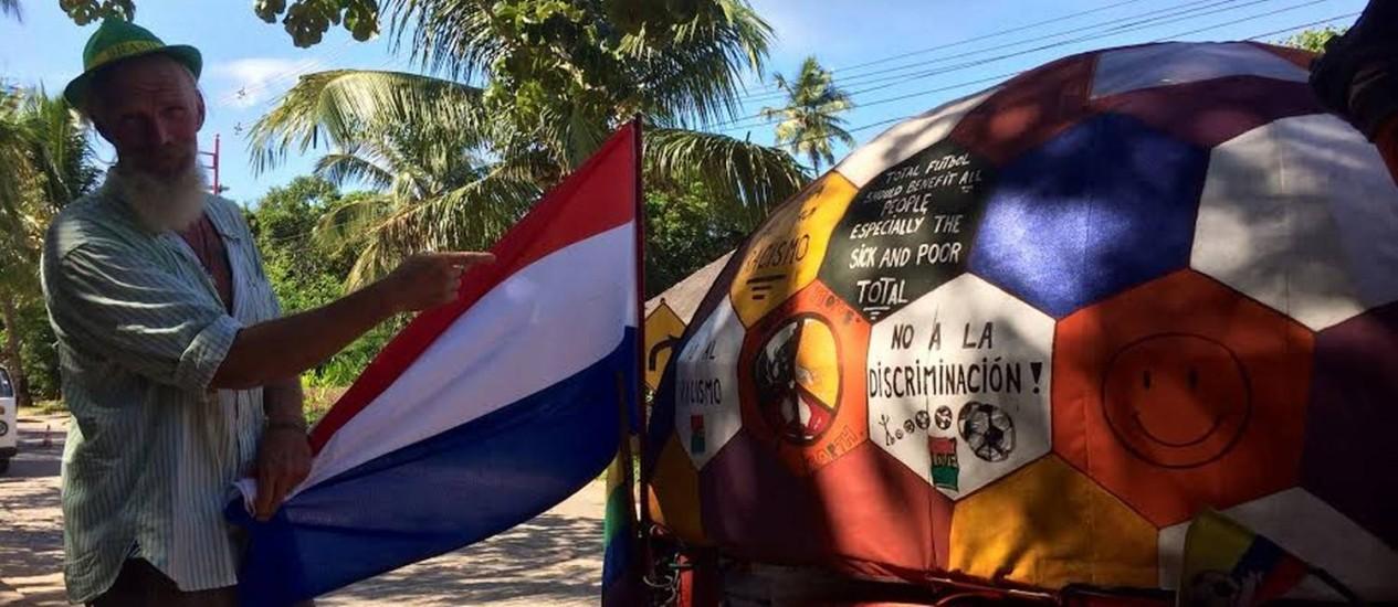 Bernardo Oude Kamphuis com a bandeira da Holanda: viagem dos EUA até a Praia do Forte Foto: Agência O Globo / Gian Amato