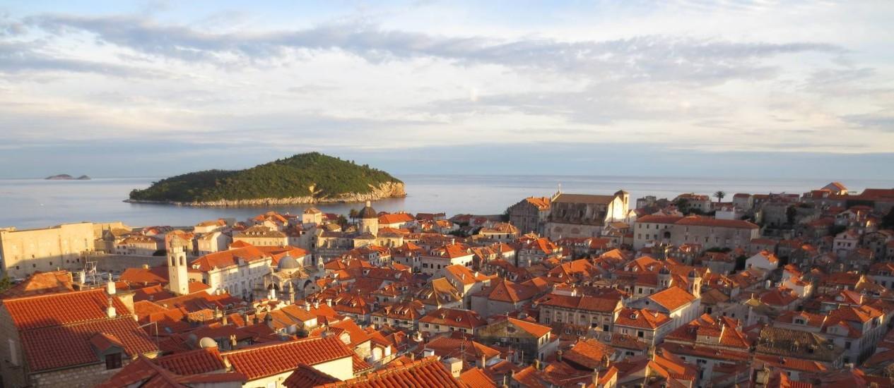 Os telhados reformados mostram o casario de Dubrovnik reconstruído após a Guerra da Independência da Croácia, nos anos 1990 Foto: Cristina Massari / O Globo