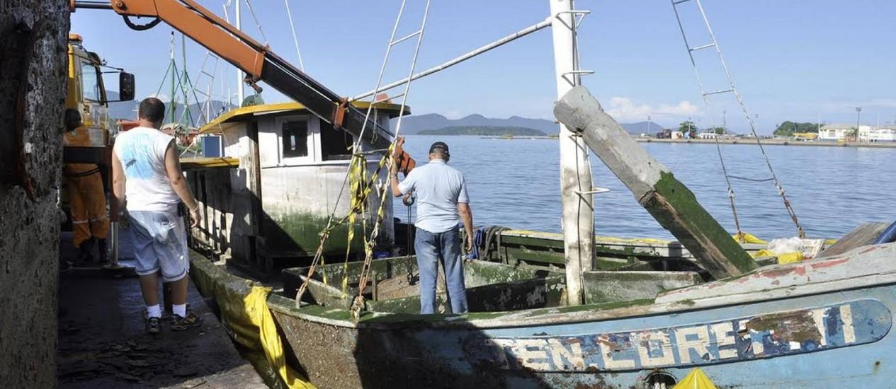 A lancha Tenente Loretti foi retirada do fundo do mar numa operação que começou no sábado e terminou nesta quarta-feira Foto: Divulgação/TurisAngra