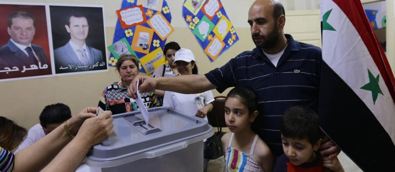 Homem sírio vota em Damasco, na terça-feira Foto: LOUAI BESHARA / AFP