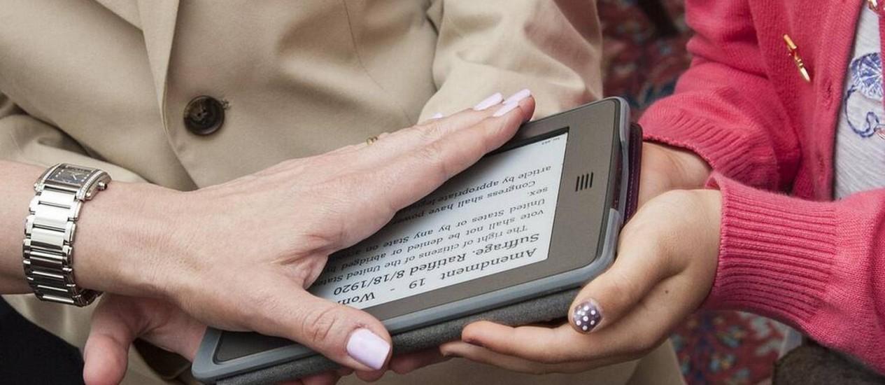 Com a mão sobre um kindle carregado com a Constituição americana, a embaixadora dos EUA na Suíça, Suzi LeVine, se tornou a primeira da História a jurar sobre um aparelho eletrônico Foto: REPRODUÇÃO