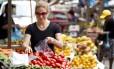A musicista Daniela Spielmann faz compras na feira livre do Leme e dá preferência a frutas e peixe fresco.