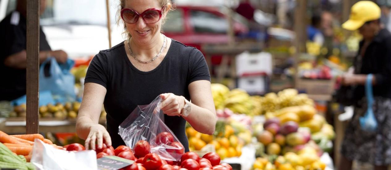 A musicista Daniela Spielmann faz compras na feira livre do Leme e dá preferência a frutas e peixe fresco. Foto: Márcia Foletto / Agência O Globo