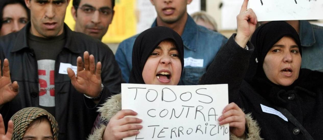 Manifestantes na Espanha com cartazes afirmando o caráter pacífico do Islã Foto: Susana Vera / REUTERS-21-03-1984