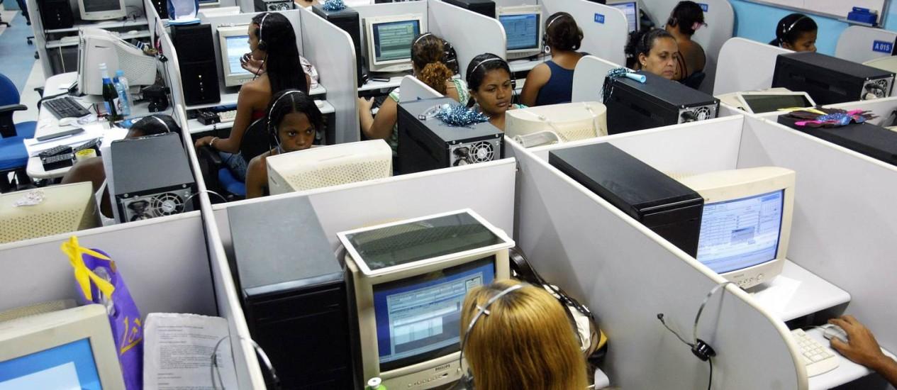 Os call centers das empresas serão reforçados durante a Copa Foto: Arquivo / O Globo