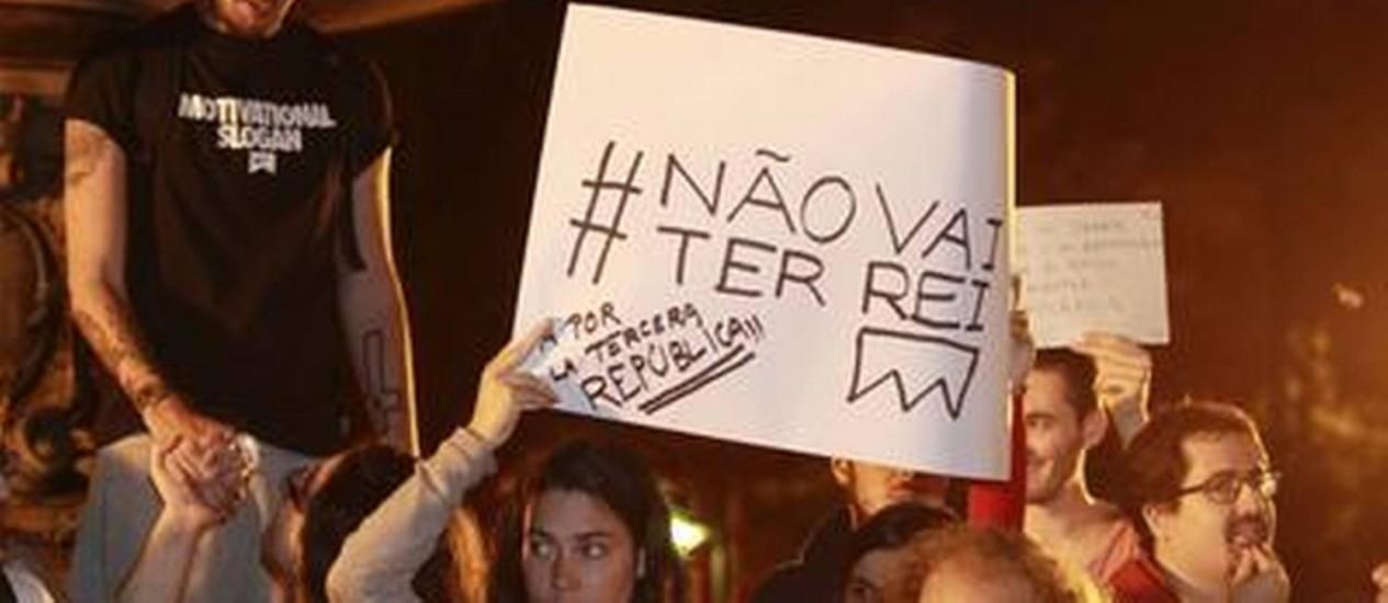 Espanhois questionam legitimidade da monarquia na Praça São Salvador, no Rio Foto: Domingos Peixoto/Agência o Globo