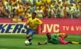 Romário passa por marcador da seleção de Camarões durante a Copa do Mundo de 1994