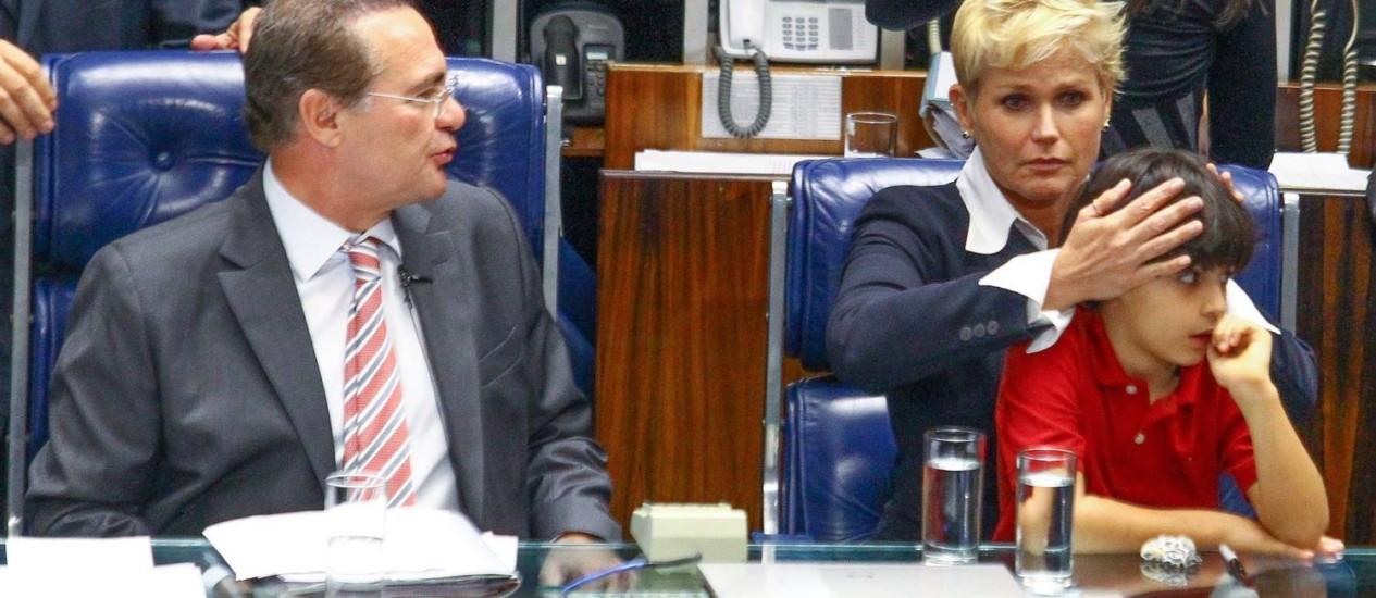 Protesto. Xuxa tapa os ouvidos de Enzo, neto do senador Renan Calheiros, durante discurso do senador Magno Malta, contrário à nova lei Foto: André Coelho