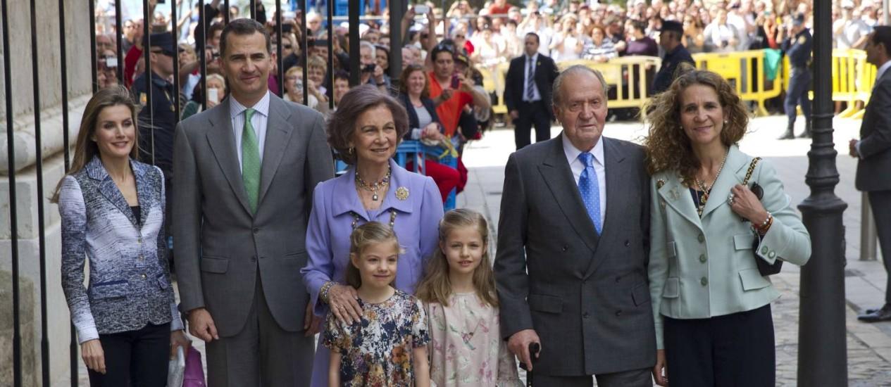 Os membros da família real espanhola. Ao centro, as pequenas irmãs Sofia e Leonor (à direita), posam em frente à rainha Sofia. Foto: JAIME REINA / AFP