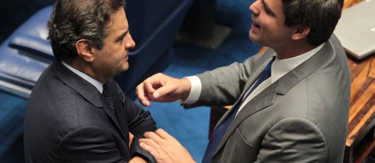 Conversa entre Lindbergh Farias e Aécio Neves: pré-candidato do PT reclama da falta de empenho de alguns petistas para conter movimento 'Aezão' Foto: Givaldo Barbosa / Arquivo/Agência O GLOBO