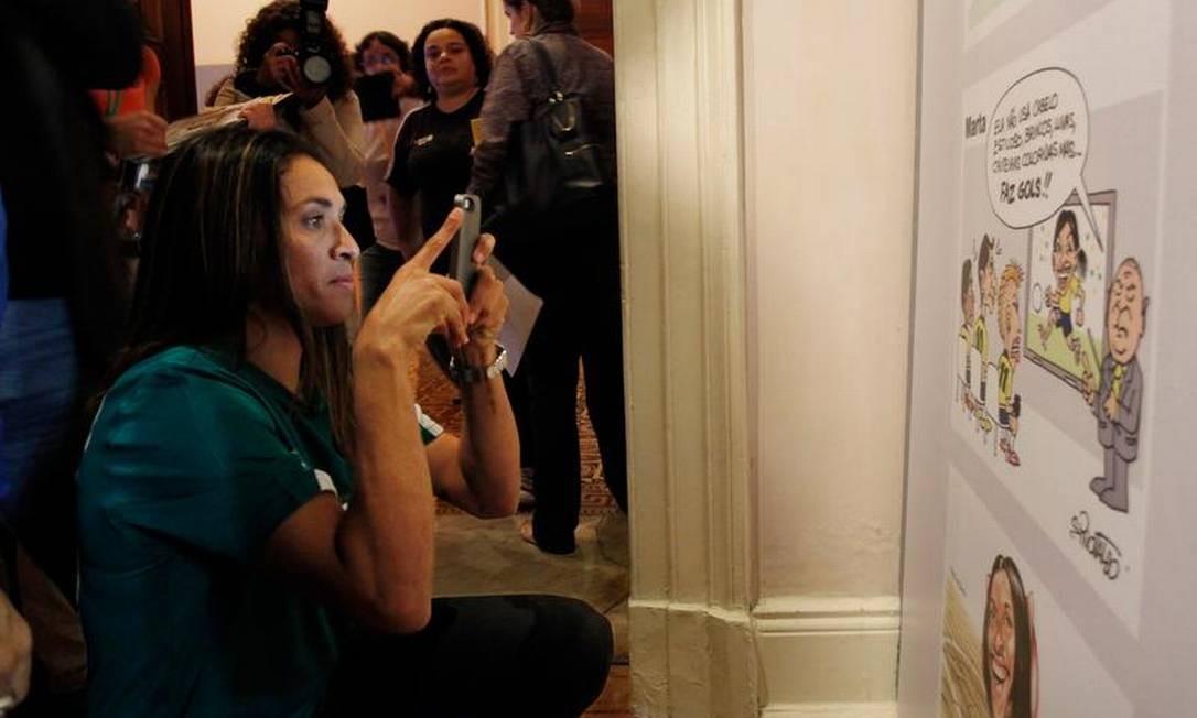 Jogadora Marta posa diante de suas fotos, na exposição 'Mulheres em campo: driblando o preconceito' está em cartaz no Museu da República, no Catete Foto: Antonio Scorza / Agência O Globo