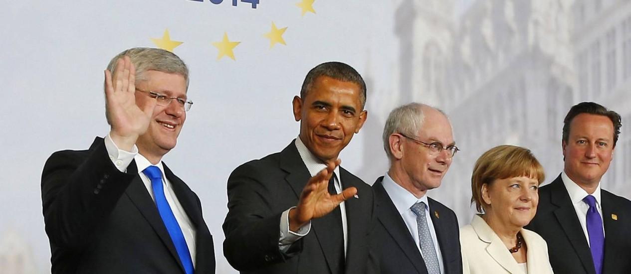 Parte dos líderes do G7, da esquerda para a direita: Stephen Harper (Canadá); Barack Obama (EUA); Herman Van Rompuy (Conselho Europeu); Angela Merkel (Alemanha) e David Cameron (Reino Unido) Foto: YVES HERMAN / REUTERS