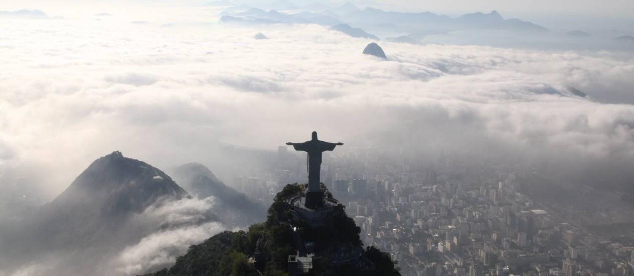 Cristo Redentor fica à frente de um tapete de nuvens Foto: Genilson Araújo / O Globo