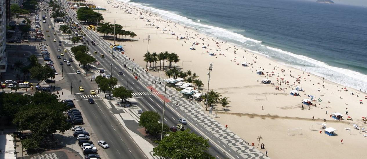 O parque natural da orla de Copacabana. Na foto, a vai, o canteiro central e a praia Foto: Thiago Lontra / Agência O Globo
