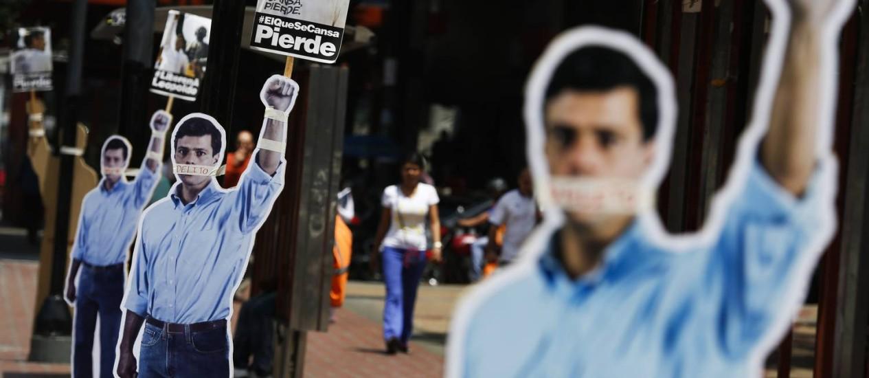 Bonecos do líder da oposição preso Leopoldo López com a boca tampada são espalhados pela rua durante um protesto em apoio a ele em Caracas Foto: Carlos Garcia Rawlins / REUTERS