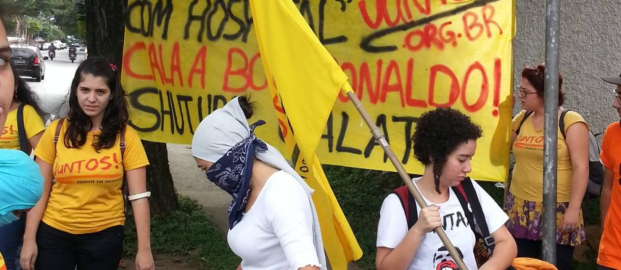 Grupo de jovens faz protesto em frente à empresa de Ronaldo Fenômeno em São Paulo Foto: Jaqueline Falcão / Agência O Globo