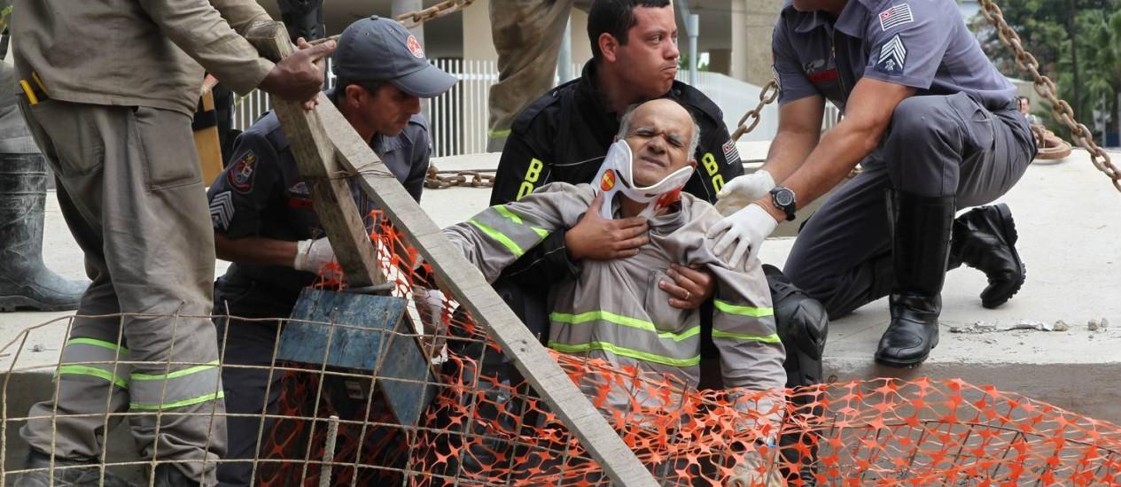 Operario de 45 anos sendo removido pelos bombeiros com fraturas nos membros inferiores, em acidente na Rua Funchal, em São Paulo Foto: Marcos Alves / agencia O Globo.