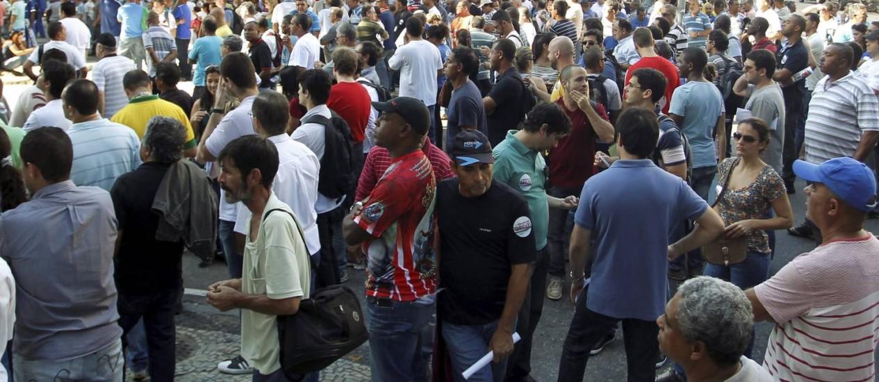 Manifestantes fecham a Rua Pinheiro Machado Foto: Gabriel de Paiva / Agência O Globo