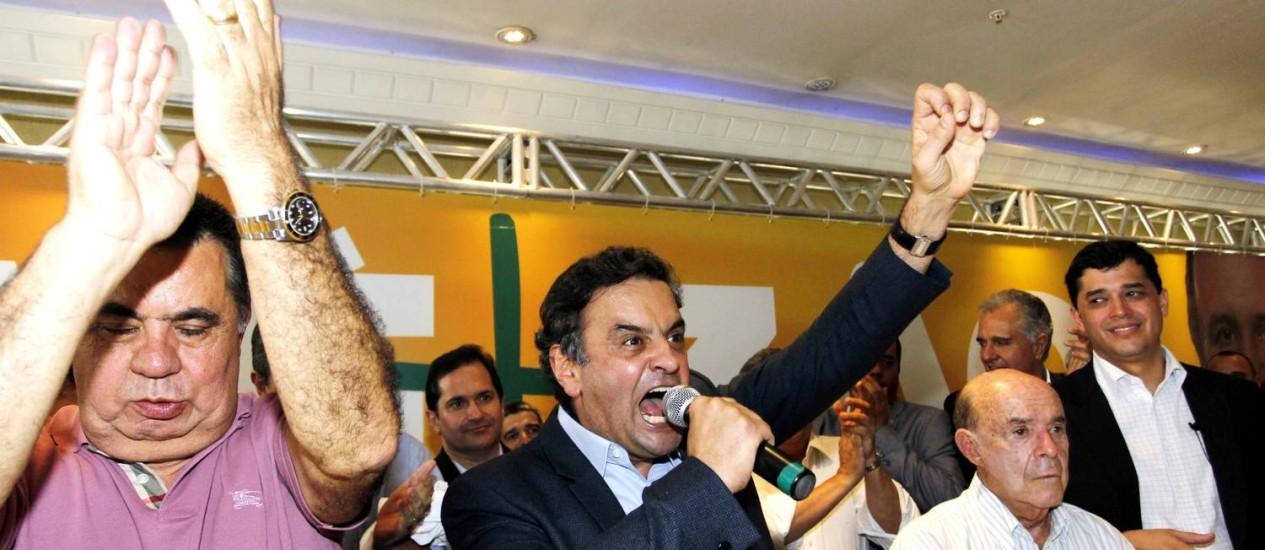 O senador tucano Aécio Neves discursa em churrascaria na Barra da Tijuca ao lado de Picciani e Francisco Dorneles Foto: Gustavo Miranda / Agência O Globo