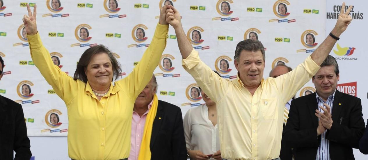 Juan Manuel Santos e Clara López. Unidos pela busca da paz com as Farc e contra o fantasma de Álvaro Uribe Foto: JOHN VIZCAINO / REUTERS