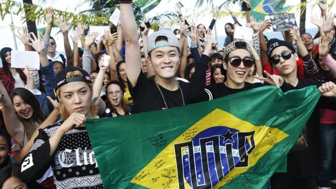 Integrantes do grupo de k-pop MIB encontram fãs cariocas no Mirante do Leblon (Foto: Camilla Maia) Foto: Agência O Globo