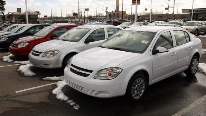 Carros modelo Cobalt em revendedora da GM em Michigan, nos EUA: mais de 1,1 mil queixas de consumidores Foto: Jeff Kowalsky / Bloomberg