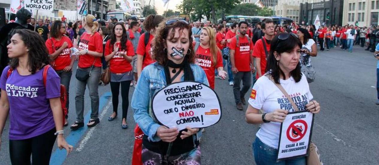 Após assembleia, professores da rede pública do Rio saem em passeata pela Rua 1º de Março Foto: Domingos Peixoto / Agência O Globo