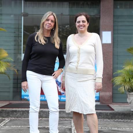Concurso cultural. Andrea Carvalho (de preto) e Isabelle Drirs na unidade Barra da Aliança Francesa Foto: Agência O Globo / Fabio Rossi