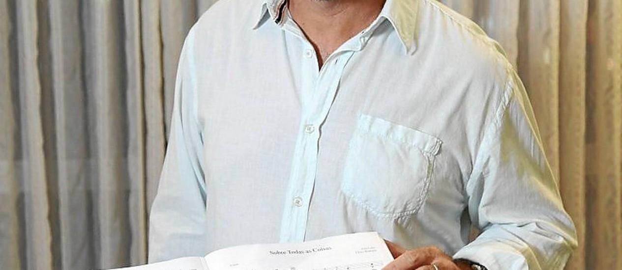 Barítono e dublador. Marcelo Coutinho com partituras do espetáculo Foto: Fabio Rossi