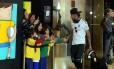 Neymar e o assédio dos pequenos fãs na chegada ao hotel em São Paulo
