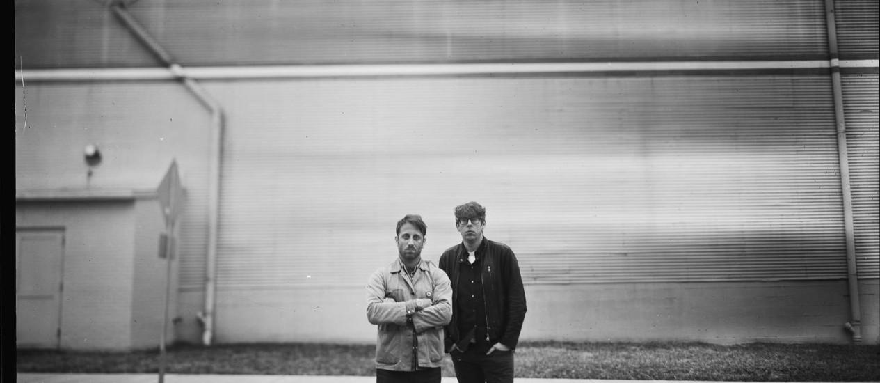 O guitarrista e vocalista Dan Auerbach (à esquerda) e o baterista Patrick Carney, dos Black Keys Foto: Divulgação / Alysse Gafkjen