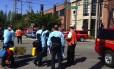 Equipe de emergência chega à cena próxima ao tiroteio na universidade