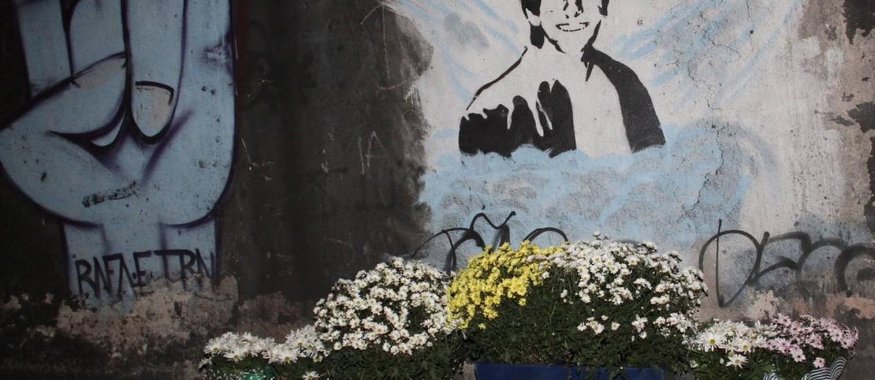 Uma gravura de Rafael Mascarenhas foi feita por amigos no túnel onde o jovem foi atropelado Foto: Agência O Globo