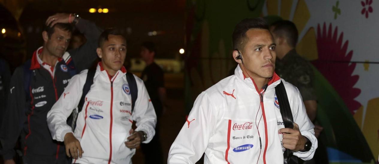 Alexis Sanchez, à direita, e Fabian Orellana na chegada chilena a Belo Horizonte Foto: AP Photo / Bruno Magalhaes