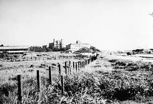 Em Manguinhos. Foto de J. Pinto mostra prédios e terreno da Fiocruz em 1950. À direita, a Avenida Brasil Foto: Picasa / J.Pinto / Divulgação