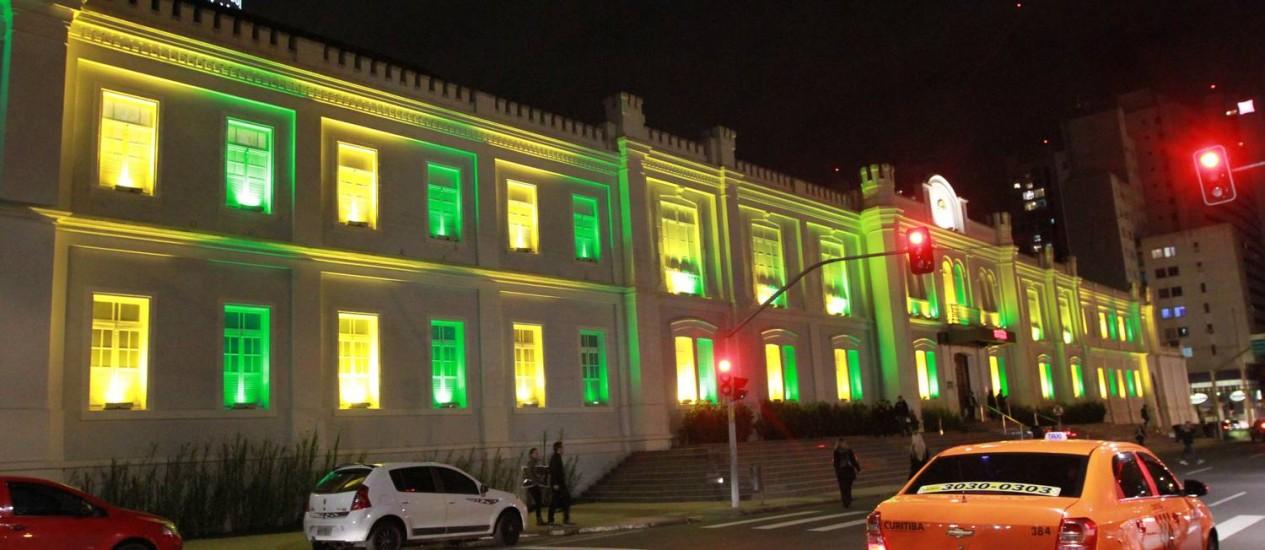 Verde e amarelo. Shopping na capital paranaense ganha iluminação nas cores da seleção: decoração ainda é tímida nas ruas Foto: Franklin Freitas