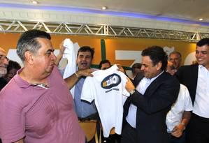 Aécio Neves segura a camiseta do movimento liderado por Jorge Picciani Foto: Gustavo Miranda / Agência O Globo
