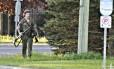 Suspeito anda armado em uma rua de Moncton
