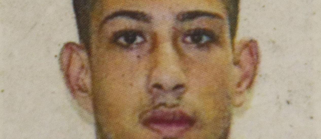 Gabriel Tomaz Duarte, de 19 anos, foi preso em flagrante. Ele estava com um rádio transmissor Foto: Fernando Quevedo / Agência O Globo