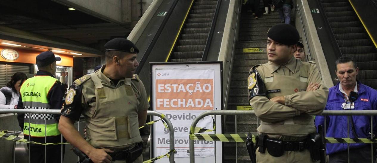 Seguranças bloqueiam acesso ao metrô Itaquera, Zona Leste, no segundo dia de greve Foto: Marcos Alves / Agência O Globo