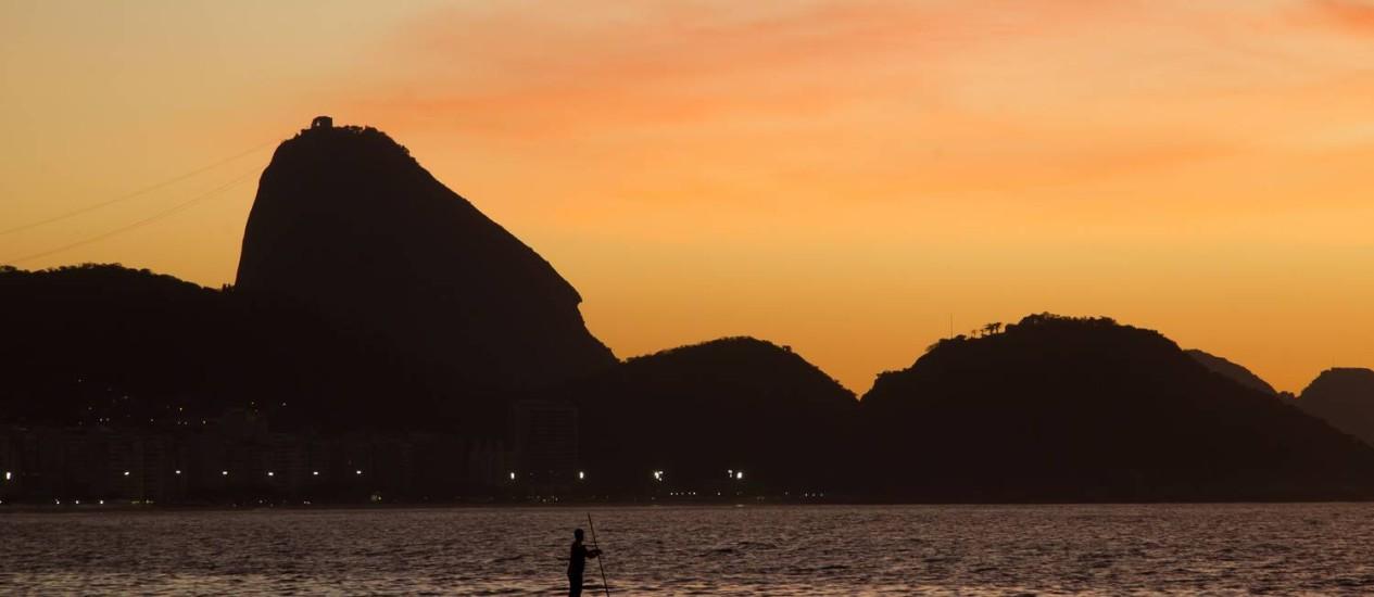 Homem pratica stand up paddle na Praia de Copacabana Foto: Fernando Quevedo / Agência O Globo