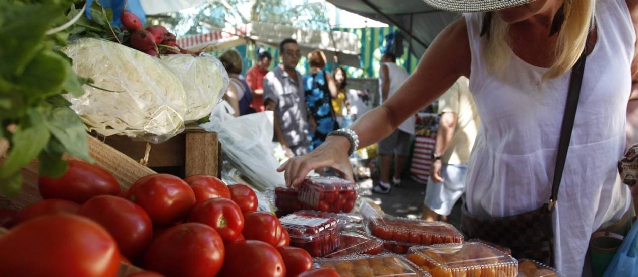 Feira livre em Ipanema, Zona Sul do Rio: inflação de alimentos ajudou a desacelerar índice em maio Foto: Custódio Coimbra / Agência O Globo