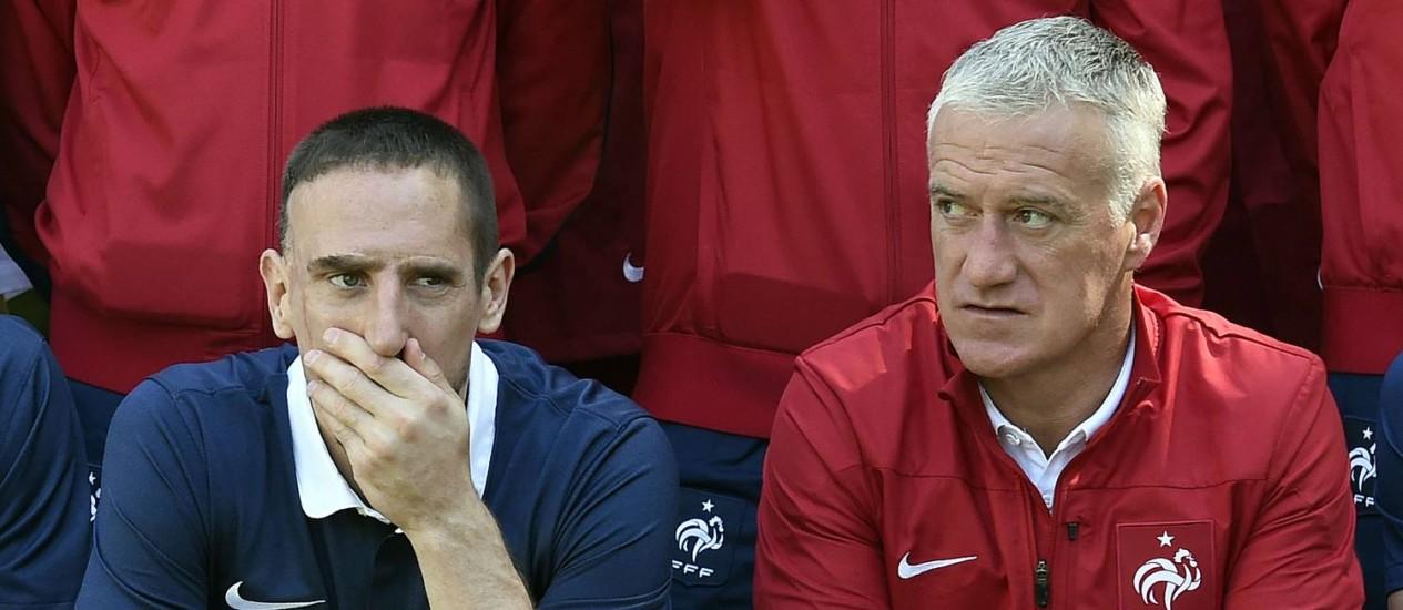 Ribéry ao lado do técnico Deschamps. Ele foi cortado pelo treinador nesta sexta-feira por causa de uma lombalgia Foto: Franck Fife / AFP